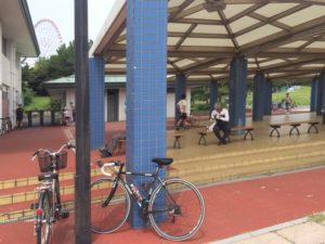葛西臨海公園の中にある休憩スペース。東京湾が眺められる好スポットです。ロードバイク乗りの人達がここで交流を深めているようです。