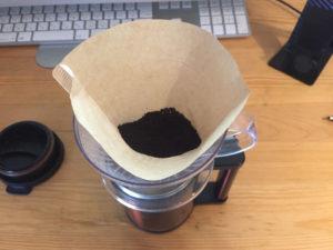 コーヒーフィルターに粉を入れる